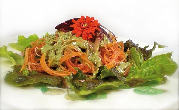 Spaghettini aus Kürbis & Zucchini auf Salatbett mit Basilikum Mandelsoße