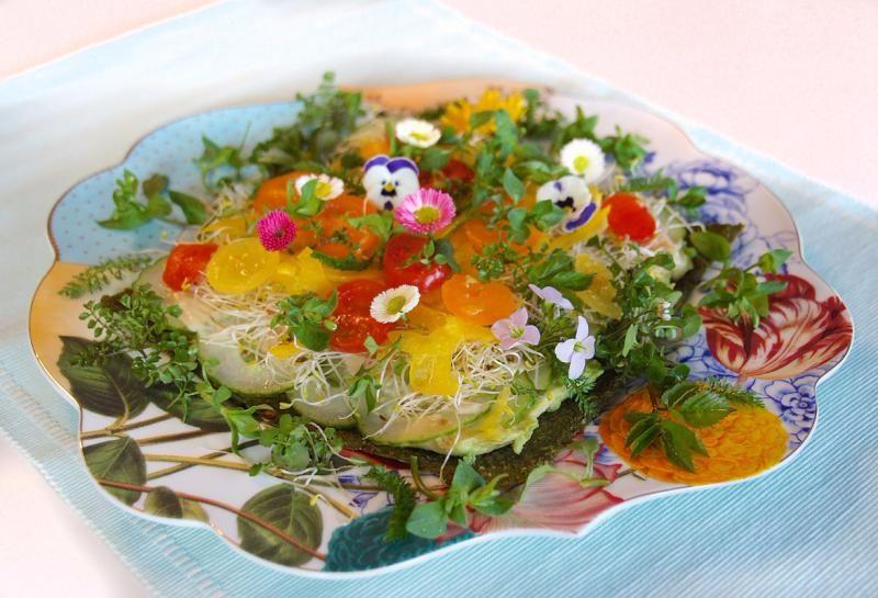 FLOWERPOWER – Rohköstliche kunterbunte Wildkräuter-Pizza